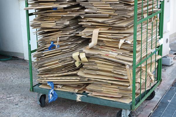 廃材用コンベヤの設置で、ゴミ排出作業を効率化